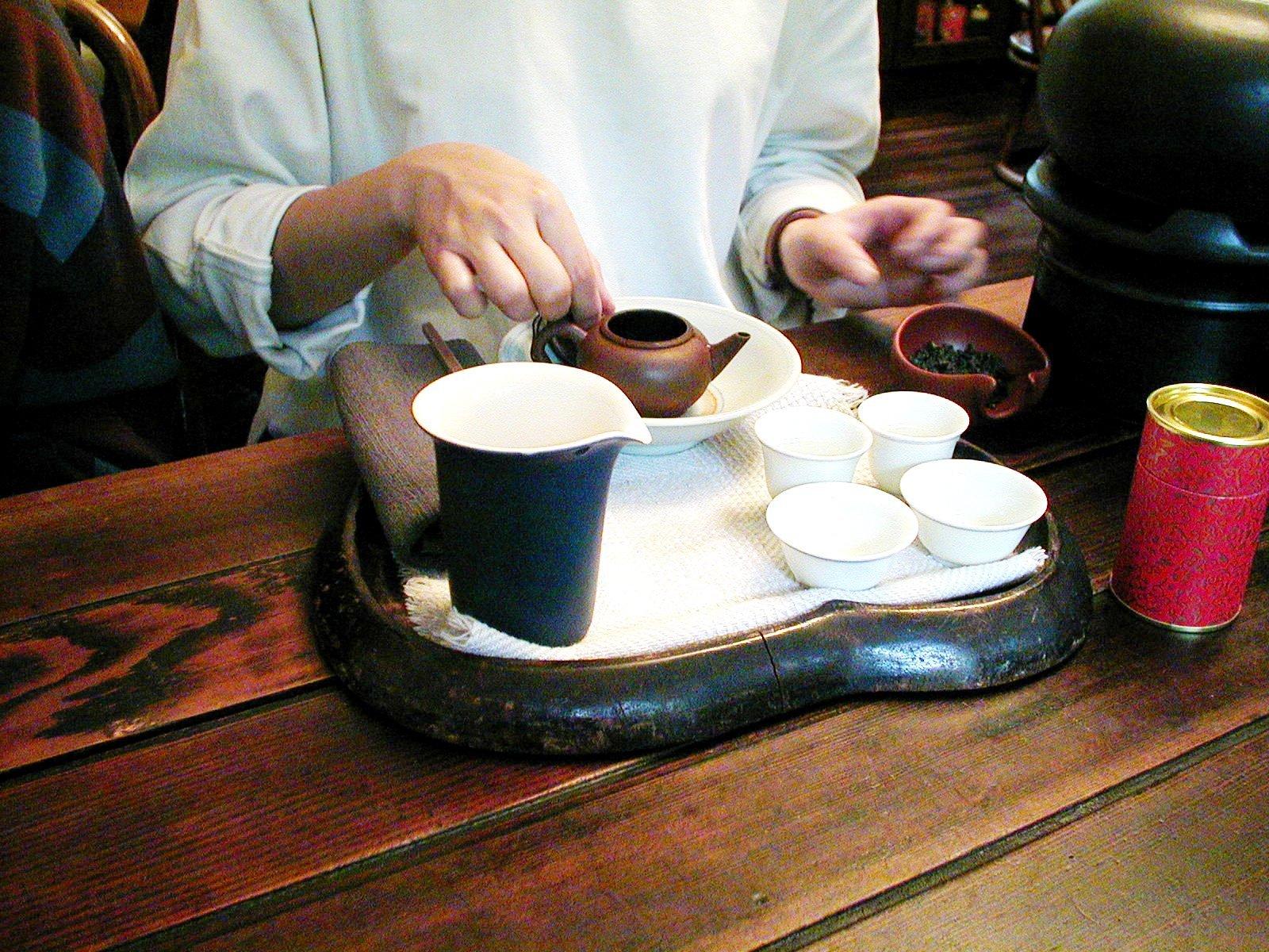 茶壺に茶葉を入れます