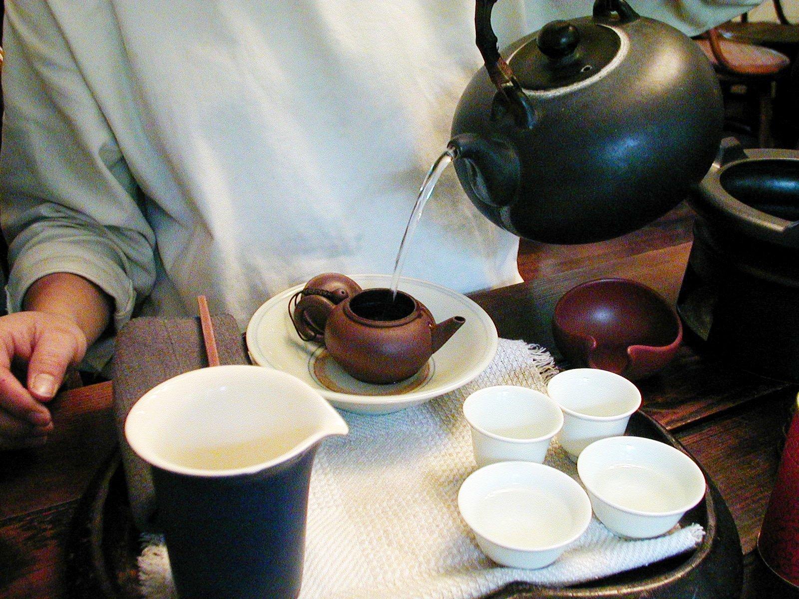 煮水器から茶壺へお湯を注ぎます