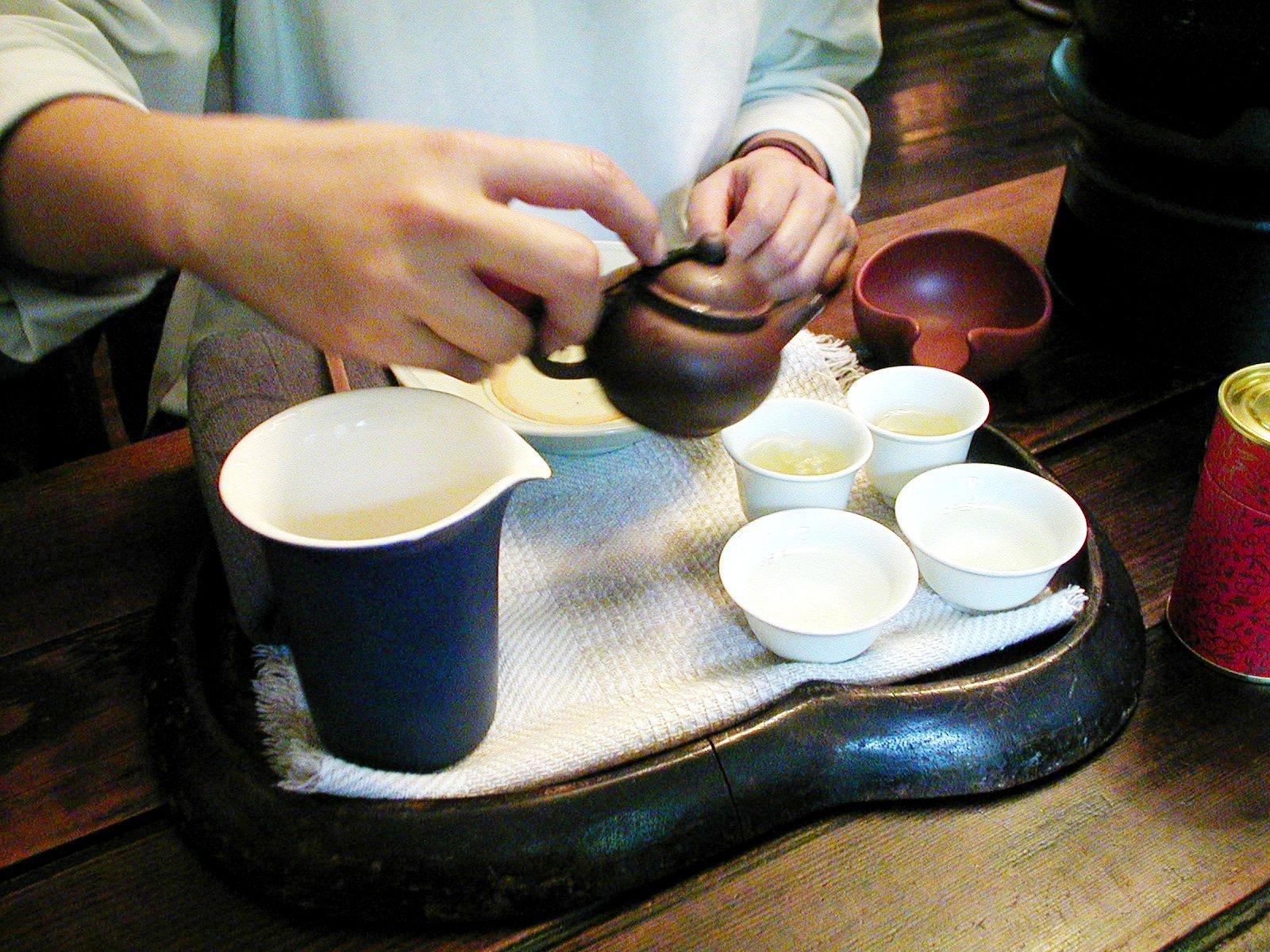 茶壺から聞香杯に注ぎます