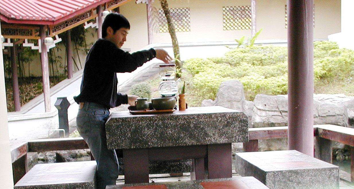 台湾の坪林の茶芸館でお茶を淹れる