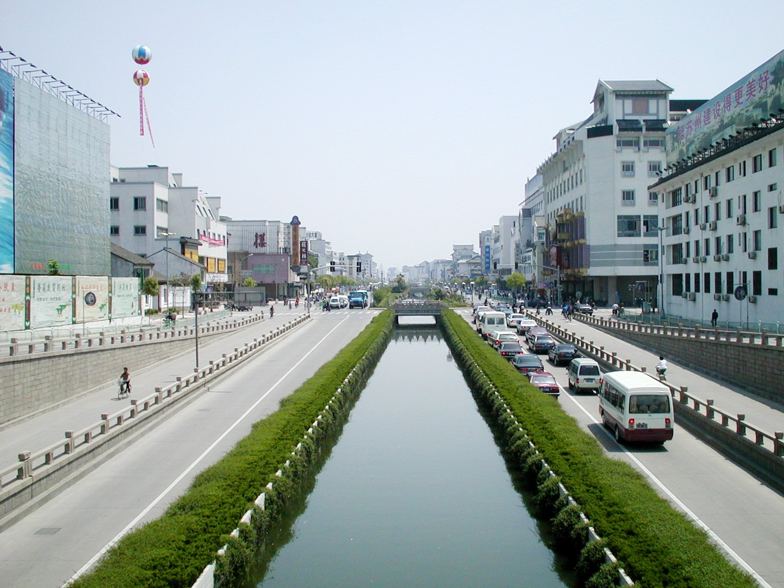 蘇州の街並み、左は百貨店