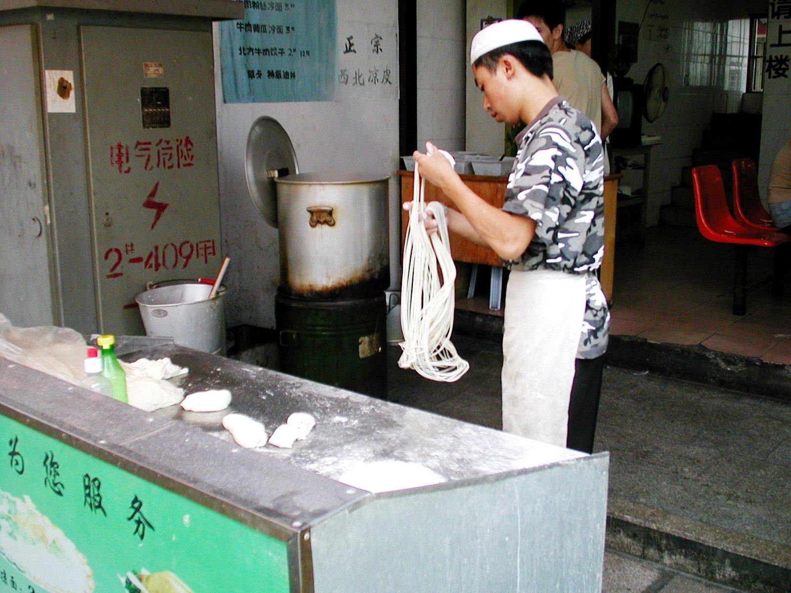 蘇州のラーメン屋さん、麺をこれから伸ばします