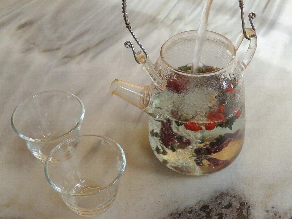八宝茶・シャムをポットに入れお湯を注ぎます