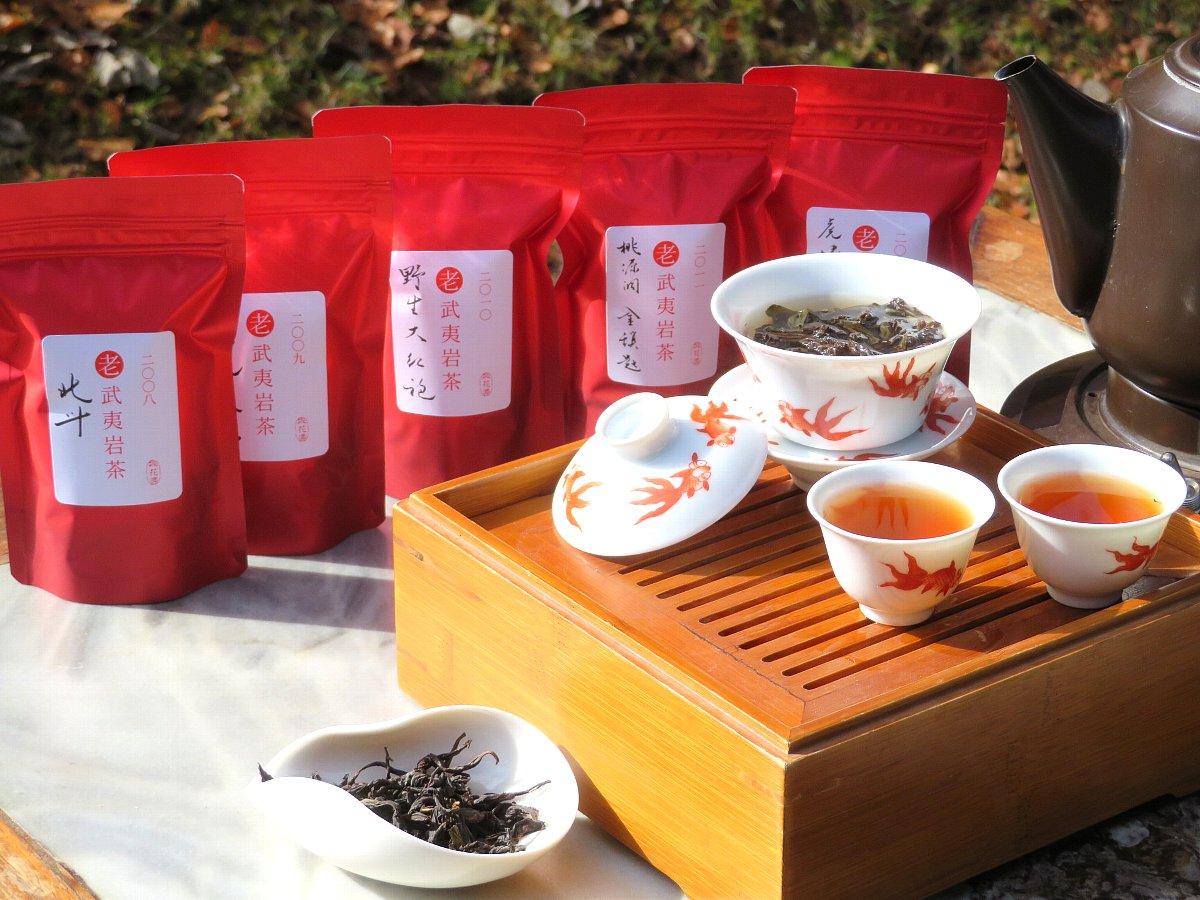 老茶の武夷岩茶を蓋碗で淹れました