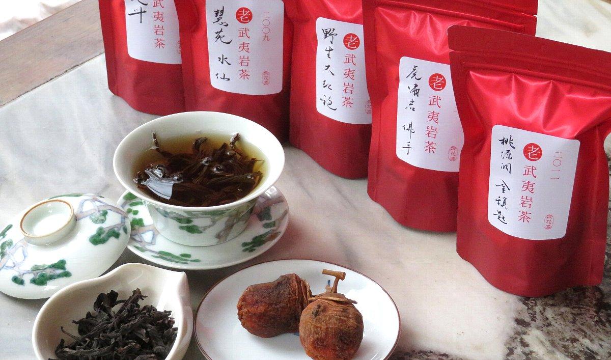 老茶の武夷岩茶を蓋碗で飲みます