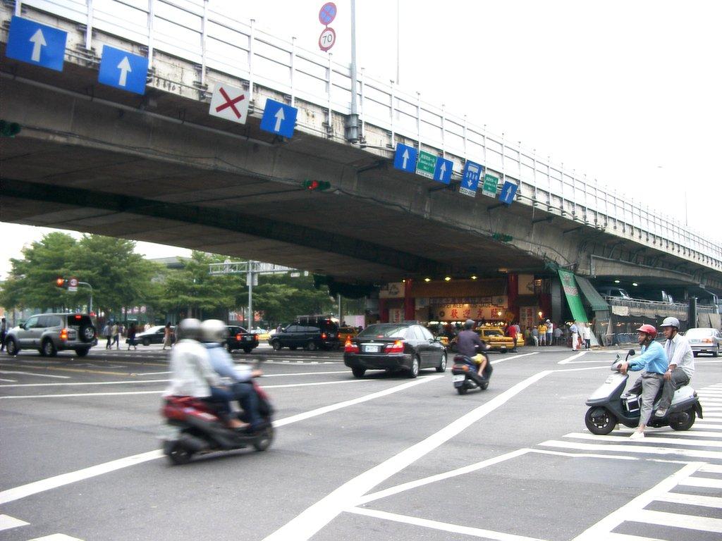 建国南路の高架下