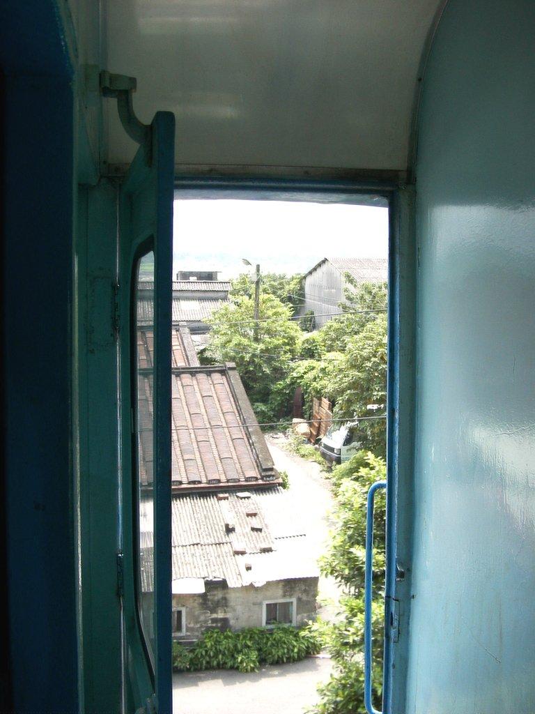 台北からの通勤電車のドアが開いている
