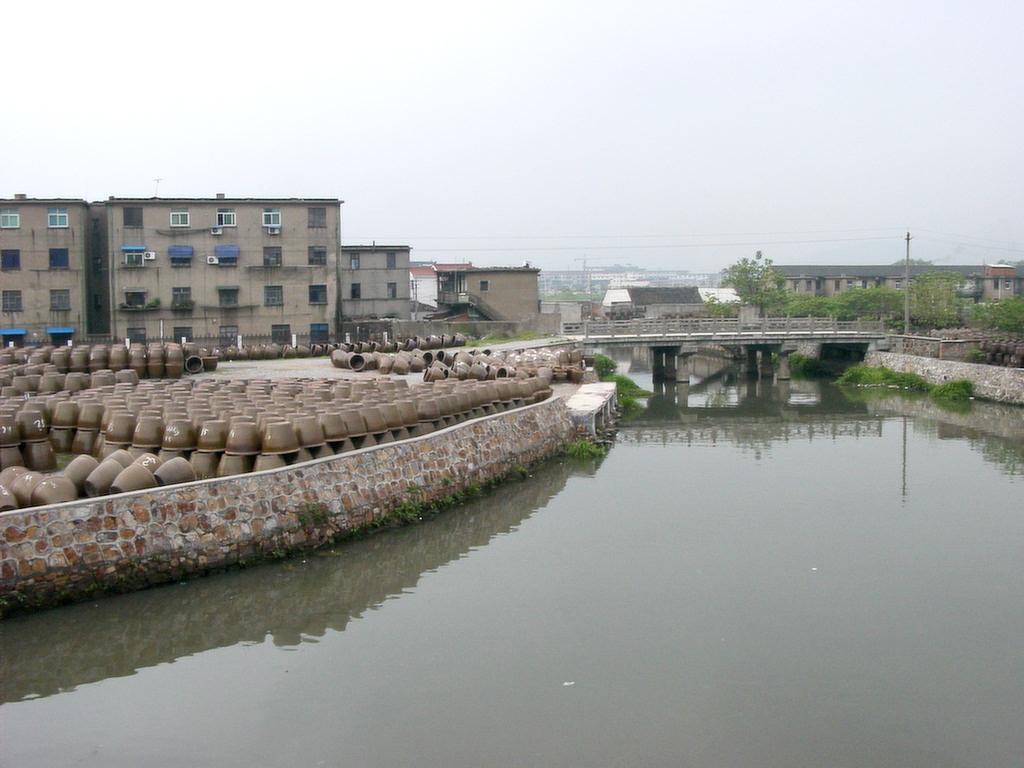 宜興の運河甕がいっぱい