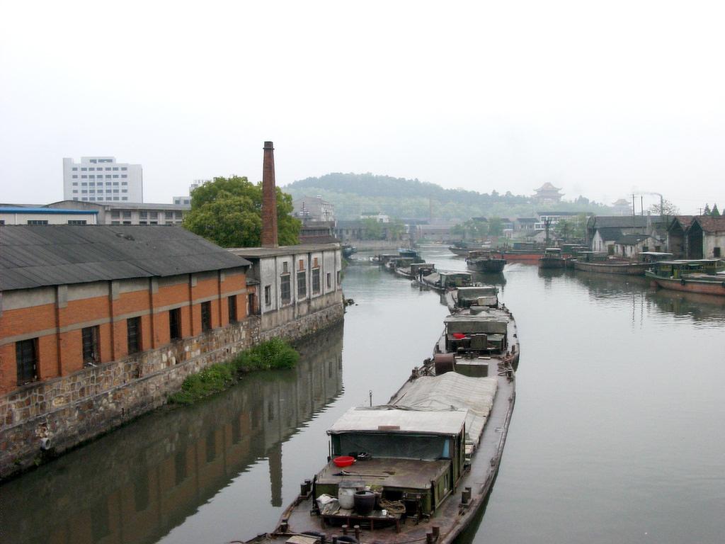 宜興の運河と運搬船