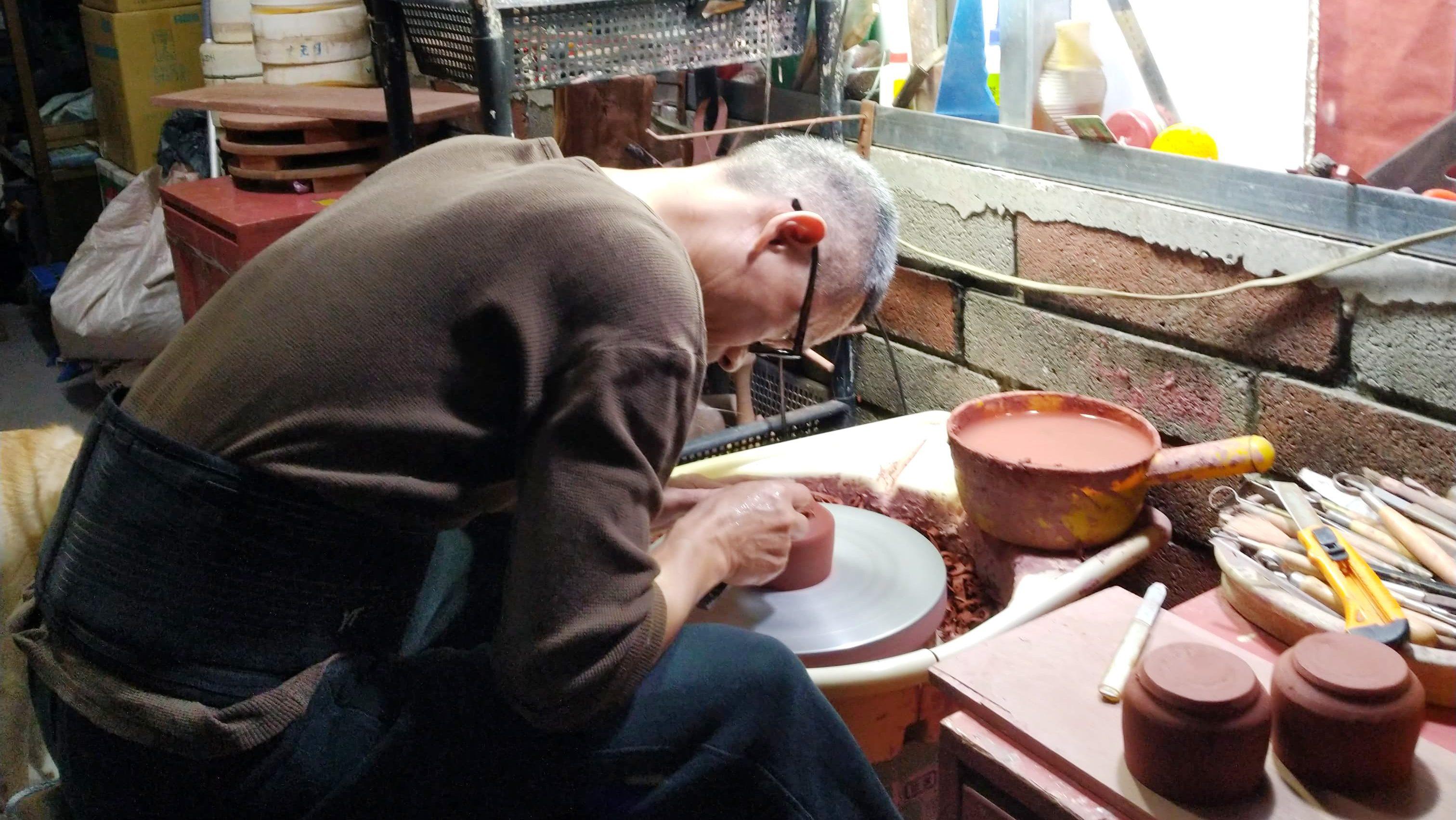 許徳家先生茶壺を制作中