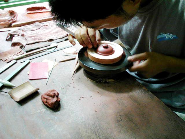 茶壺の蓋を製作中